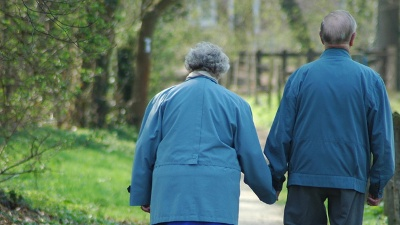 Old-couple-walking-jpg_20160330153751-159532