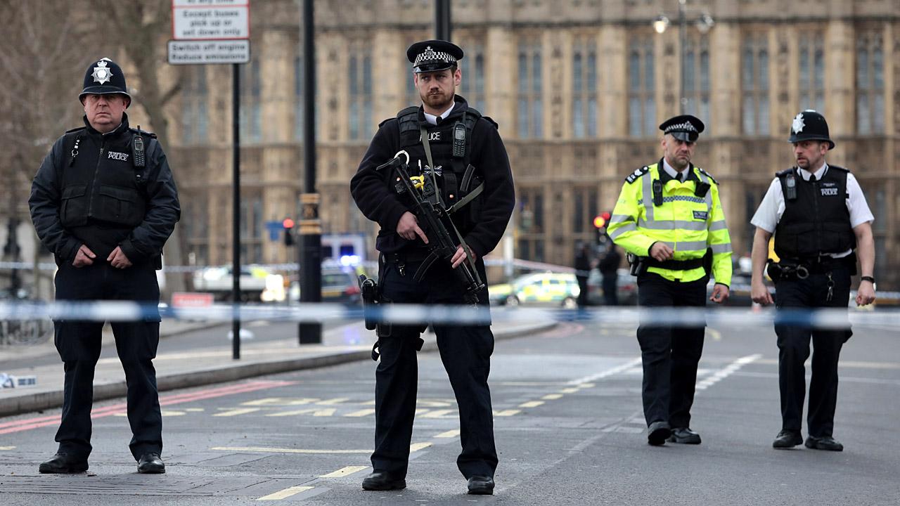 London cops machine gun61515393-159532