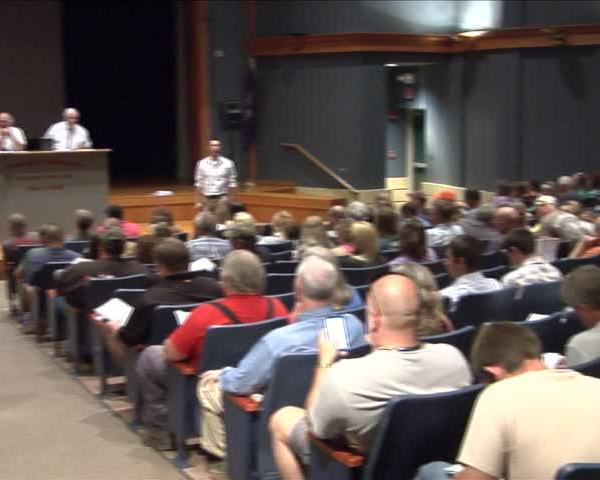 Foreclosure auction brings out large crowd_05679819