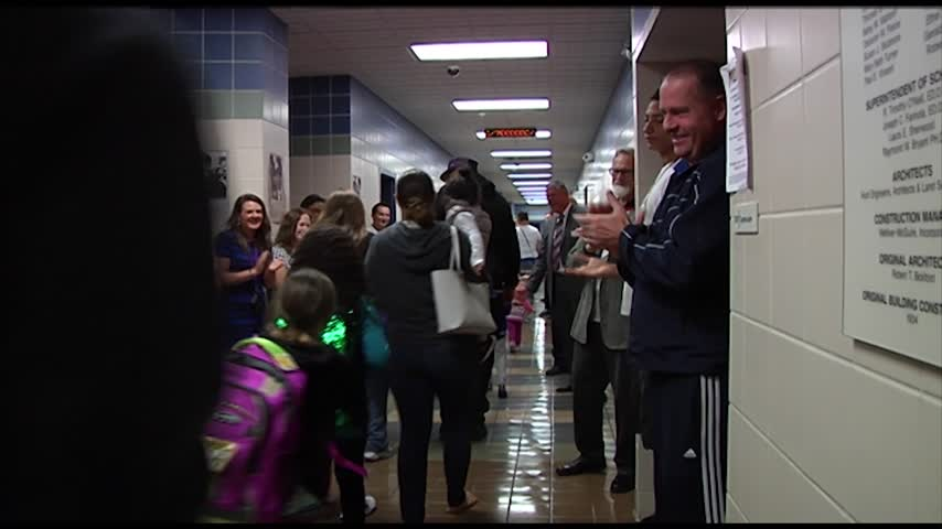 Beecher Elementary students get warm welcome back to school_73722719