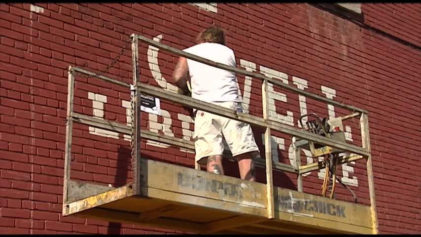 Honoring an anniversary with an old-fashion mural painting_86329378