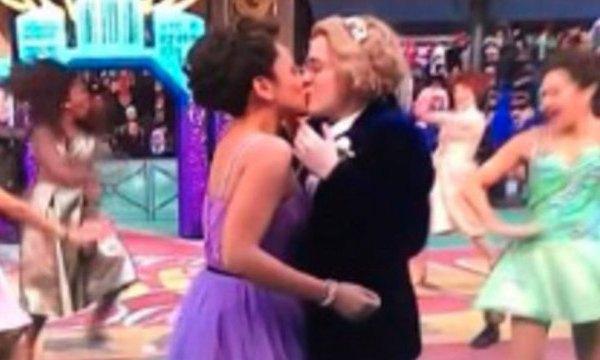 Lesbian-kiss-at-Macys-parade_1543002558022_62992430_ver1.0_640_360_1543010789358.JPG